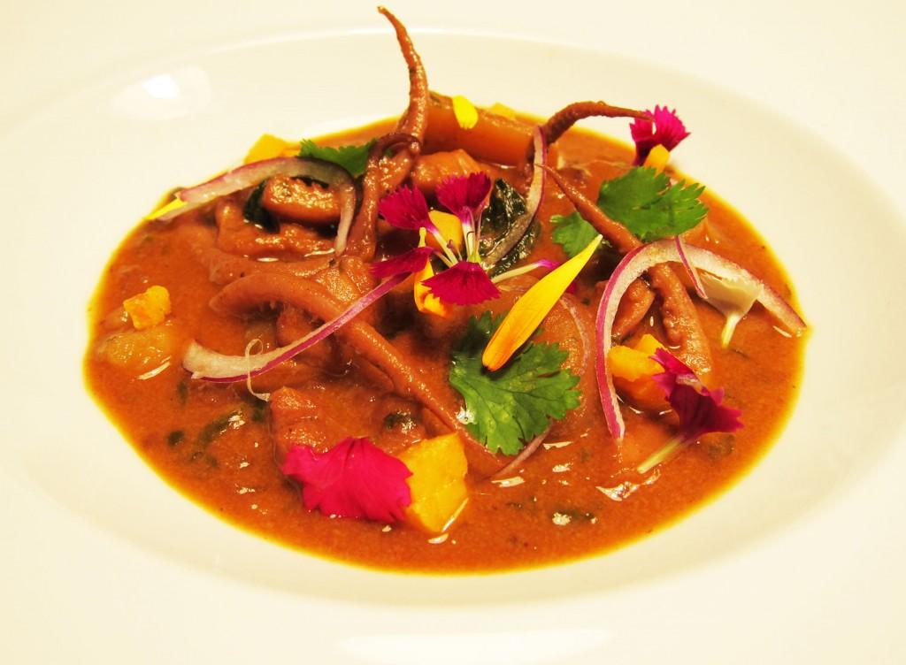 Guiso de calamares con americana y curry rojo.
